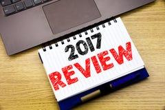 Entregue a inspiração do subtítulo do texto da escrita que mostra a revisão 2017 Conceito do negócio para o relatório sumário anu Fotografia de Stock