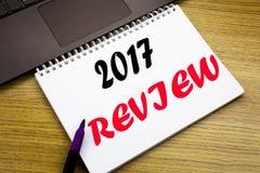 Entregue a inspiração do subtítulo do texto da escrita que mostra a revisão 2017 Conceito do negócio para o relatório sumário anu Imagem de Stock Royalty Free