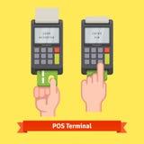 Entregue a introdução do cartão de crédito a um terminal da posição ilustração stock