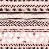 Entregue limões tirados e listras tribais no fundo cor-de-rosa Vector o teste padrão sem emenda Fotos de Stock