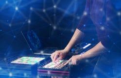 Entregue a música de mistura no controlador de midi com conceito da conectividade Foto de Stock