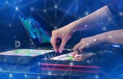 Entregue a música de mistura no controlador de midi com conceito da conectividade Fotos de Stock