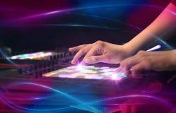 Entregue a música de mistura no controlador de midi com conceito da impressão da onda Imagens de Stock