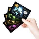 Mão que guardara cartões de crédito sobre o fundo branco Fotos de Stock
