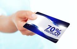 Entregue manter o cartão vermelho do disconto isolado sobre o branco Fotografia de Stock Royalty Free