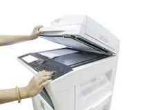 Entregue manter uma multi máquina da copiadora da finalidade isolada no whi Fotografia de Stock