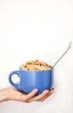 Entregue a menina com uma bacia de cereal à disposicão Foto de Stock Royalty Free