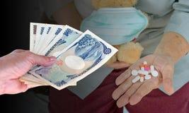 Entregue a mulher com as cédulas japonesas dos ienes da moeda no borrado para trás Imagens de Stock