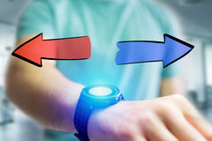 Entregue o ícone tirado das setas que sai um smartwatch da tabuleta de um homem em Fotos de Stock Royalty Free