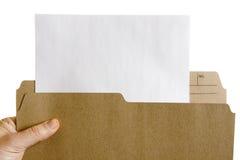 Entregue o arquivo de terra arrendada com a folha de papel em branco Fotografia de Stock Royalty Free