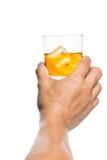 Entregue o brinde de um vidro do uísque nas rochas Foto de Stock Royalty Free