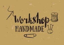 Entregue o cartaz tirado da tipografia com os acessórios da costura e a oficina à moda da rotulação feitos a mão Imagem de Stock Royalty Free