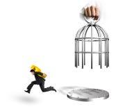 Entregue o corredor levando do símbolo do Euro da gaiola e do homem da abertura Imagem de Stock