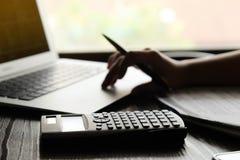 Entregue o homem que faz finanças e calcule-o na mesa sobre o escritório do custo em casa Economias, finanças e conceito da econo foto de stock