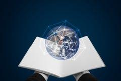 Entregue o livro aberto e global com conexão de rede Conceito do conhecimento, da educação, do e-registro e do ensino eletrónico  imagens de stock royalty free