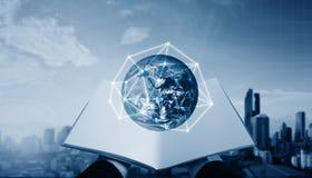 Entregue o livro aberto e global com conexão de rede, fundo moderno da cidade Os elementos desta imagem são fornecidos pela NASA fotos de stock
