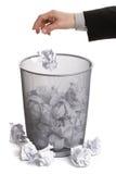 Entregue o papel deixando cair no escaninho do wastepaper Fotografia de Stock Royalty Free