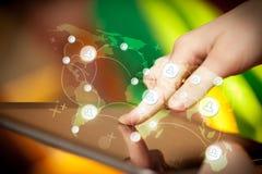 Entregue o PC da tabuleta tocante, conceito social da rede Fotografia de Stock Royalty Free