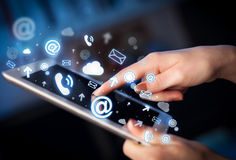 Entregue o PC da tabuleta tocante, conceito social dos meios Fotografia de Stock Royalty Free