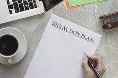 Entregue o plano de ação 2018, café, artigos de papelaria da escrita Fotos de Stock
