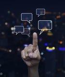 Entregue o ponto às bolhas sociais do sinal e do discurso do bate-papo sobre o ligh do borrão Imagem de Stock