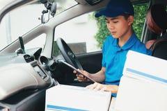 Entregue o serviço, o enviamento e o conceito logístico foto de stock