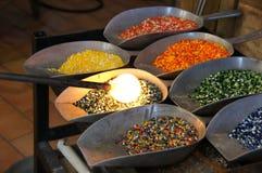 Entregue o sopro de vidro com seleção do vidro colorido Imagem de Stock