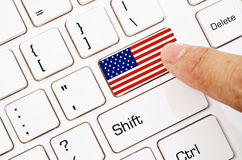 Entregue o teclado de computador da imprensa com a bandeira dos E.U. imagens de stock