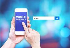Entregue o telefone celular do toque com palavra amigável móvel com busca b Fotos de Stock