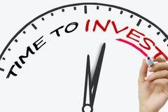 Entregue o tempo da escrita investir o conceito com vermelho Foto de Stock