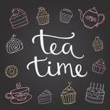 Entregue o tempo do chá da rotulação com sobremesa, e um copo de Fotografia de Stock Royalty Free
