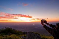 Entregue o tiro do nascer do sol sobre a cidade em Bulgária Fotos de Stock