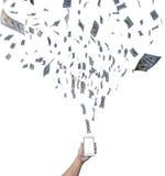 Entregue o trabalho em linha no smartphone que faz o dinheiro do salário Fotografia de Stock Royalty Free