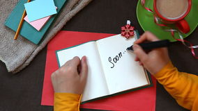 Entregue a palavra da escrita logo no caderno, vista superior vídeos de arquivo