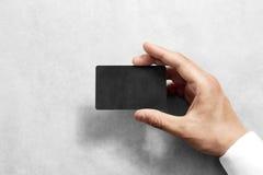 Entregue a posse o modelo preto vazio do cartão do ofício com cantos arredondados foto de stock royalty free