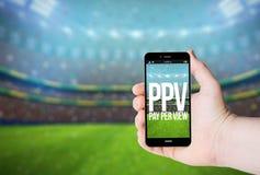 Entregue a posse um telefone com pay per view em uma tela Imagem de Stock Royalty Free