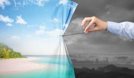 Entregue puxar a cortina verde da paisagem para a paisagem cinzenta imagem de stock