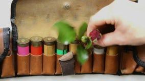 Entregue remover o cartucho da bala da espingarda e a colocação na flor vídeos de arquivo