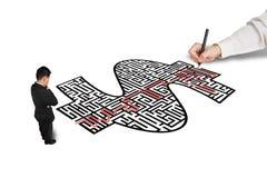 Entregue a solução do desenho no labirinto da forma do dinheiro para um homem de negócios Imagens de Stock