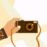Entregue a tomada do selfie disparado com a câmera retro da foto Imagem de Stock Royalty Free