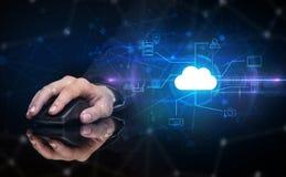 Entregue usando o rato com tecnologia da nuvem e conceito do armazenamento em linha Fotos de Stock