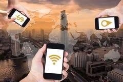 Entregue usando o smartphone que procura dados tudo pelo wifi em t foto de stock royalty free