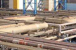 Entrelaçamento das tubulações enormes em uma fábrica foto de stock