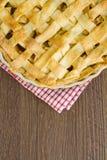 Entrelace a parte superior da torta de maçã da pastelaria, cozinhada com espaço da cópia Fotografia de Stock Royalty Free