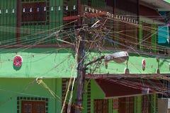Entrelacement des fils Poteau indien urbain de l'électricité Photo libre de droits