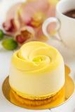 Entremet francés de la crema batida con terciopelo amarillo del chocolate fotos de archivo libres de regalías