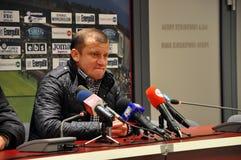 Entrenador de fútbol en una rueda de prensa Imagenes de archivo