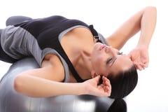 Entrenamiento abdominal de los crujidos de la mujer caucásica Imagen de archivo libre de regalías