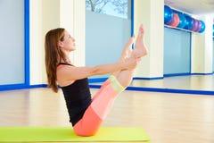 Entrenamiento abierto del ejercicio del eje de balancín de la pierna de la mujer de Pilates Imágenes de archivo libres de regalías