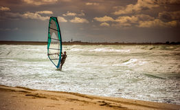 Entrenamiento activo del Windsurfer del ocio del agua de la navegación del deporte del windsurf del mar Fotos de archivo libres de regalías